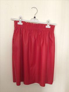 Jupe simili cuir rouge avec poches disponible dès maintenant. Envois par colis dans toute l'Europe, remise en main propre sur Avignon.