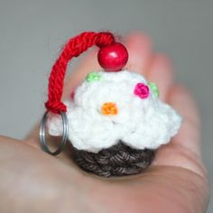 Sweet little crochet cupcake keychains! A yummy treat without all the calories :) Free pattern! thanks so xox