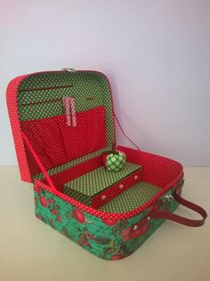 Vintage Suitcases, Vintage Luggage, Quilting Projects, Sewing Projects, Painted Suitcase, Vintage Train Case, Fabric Covered Boxes, Couture Sewing Techniques, Sew Wallet