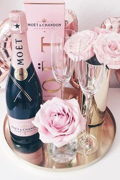 Moet & Chandon and pink roses Moet Chandon, Chandon Rose, Blue Drinks, Cocktail Drinks, Alcoholic Drinks, Cocktails, Cocktail Recipes, Champagne Birthday, Champagne Party