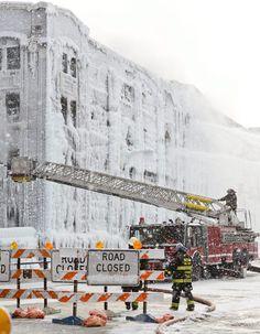 Tijdelijke 'herbestemming' van pakhuis naar ijspaleis - bevroren bluswater zorgt voor spectaculaire beelden. - Chicago