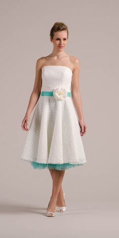 Peggy, unserem Petticoat Hochzeitskleid steht auch Farbe gut zu Gesicht! Hier siehst du Petticoat und Seidenband in Sky und die Brautblüte in Pearl.