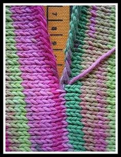 Sew together knitting blocks so that they appear seamless and pretty much perfec. - Knitting for beginners,Knitting patterns,Knitting projects,Knitting cowl,Knitting blanket Knit Or Crochet, Crochet Crafts, Crochet Projects, Sewing Crafts, Crocheted Scarf, Sewing Projects, Ruffle Scarf, Diy Crafts, Crochet Granny