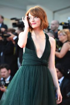 Emma Stone the most beautiful and attractive hollywood actress. See her in modern dress. Emma Stone looks very beautiful with her beautiful eyes and smile. To see her more click below. Emma Stone Style, Emma Stone Age, Estilo Emma Stone, Casual Chic, Bob Hair, Look Boho Chic, Brad Pitt And Angelina Jolie, Valentino Gowns, Online Magazine