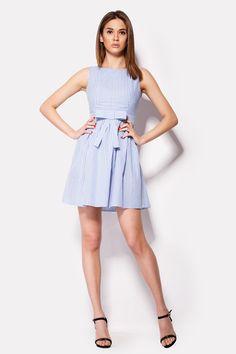 Платье PLAM в голубую клетку. Сделанное из хлопка, это платье без рукавов идет с треугольным вырезом на кокетке спинки и закрытым декольте. Талия украшена широким плоским бантом. Застегивается наряд сбоку молнией.