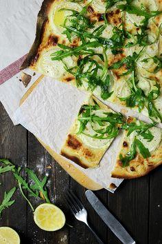 Flammkuchen mit Mairüben, Rucola und Ziegenfrischkäse, Sommerrezept, Holunderweg18