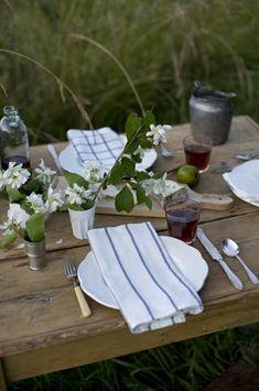 Landhausstil Tischdeko Gartentisch Holz Servietten Streifen
