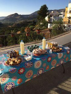 """Amalia utiliza nuestros tejidos todos los años, para montar la mesa con la que recibe a """"la diana"""" en las fiestas de Bentarique. ¿Qué elegirá en 2.018?"""