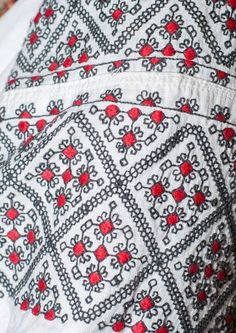Embroidery Patterns, Hand Embroidery, Costumes Around The World, Cross Stitch, Folk Clothing, Carpet, Quilts, Romania, Clothes