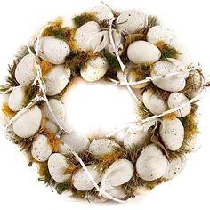 Stylový velikonoční věneček zdobený umělými křepelčími vajíčky, peříčky a proutím. Lze jej položit na stůl nebo zavěsit. Rozměry: průměr 22 cm, cena 490 Kč. Easter Wreaths, Christmas Wreaths, Holiday Decor, Spring, Crafts, Inspiration, Shop, Home Decor, Crowns