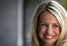 """4-Jun-2013 7:36 - VROEG OPSTAAN VOOR DIONNE STAX. Nu Annechien Steenhuizen op haar plek staat bij het Acht Uur Journaal is het tijd dat haar vervangster bij de dagjournaals in het zadel wordt gehesen. Vandaag presenteert NOS Op 3-presentatrice Dionne Stax haar eerste grote mensen Journaal. """"Iedereen die je op tv ziet, heeft een mening over je.""""..."""