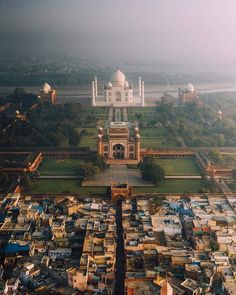 A view of the Taj Mahal that you do not usually see. Taj Mahal, Wonders Of The World, In This World, Pinterest Instagram, Outdoor Movie Nights, Pics Art, India Tour, Destination Voyage, Famous Places