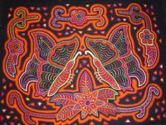 Las mujeres kuna típicos visten la mola. los dibujos de molas son muy bonitos y atraen mucho la atención