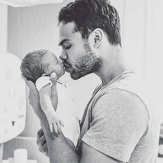 : @ehsase_naab_ #daddy #daddyslove #baby #instalove #love #family #sweet #blackandwithe #photo #memories #detlilleekstra #dinbabyshower #inspiration #sunday #søndag