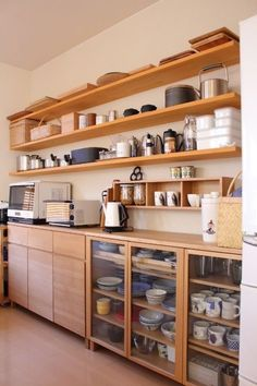 Have you ever thought about turning your cooking area right into a Japanese kitchen. If not, you can search for Japanese kitchen layouts and versions here. Wooden Kitchen, New Kitchen, Kitchen Dining, Kitchen Decor, Kitchen Ideas, Simple Kitchen Cabinets, Base Cabinets, Kitchen Soffit, Kitchen Layouts