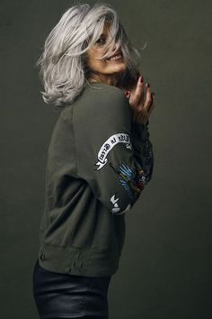 hair-beauty Why are women going gray earlier? - Grandpa Portal hair beauty Is Laminate Floorin Grey Curly Hair, Long Gray Hair, Pelo Color Plata, Grey Hair Over 50, Silver Haired Beauties, Silver White Hair, Grey Hair Inspiration, Ageless Beauty, Going Gray