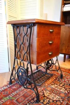 Diy Furniture Table, Diy Furniture Projects, Repurposed Furniture, Furniture Makeover, Wood Projects, Industrial Furniture, Antique Sewing Machine Table, Antique Sewing Machines, Sewing Table