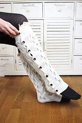 LACIE LEGS Gestrickte Stuplen mit Spitze und Knöpfen www.petit-fours.com #stulpen #socken #spitze #vintage #styling #boots #bootsocks #stiefel #knöpfe #weich #kuschelig #warm #creme