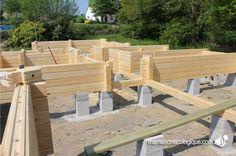 Maison bois : les premiers madriers sur plots béton