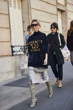 Best Street Style Of Paris Fashion Week Love this slogan sweater! ღ Awesome fashion clothes for stylish women from Zefinka.Love this slogan sweater! ღ Awesome fashion clothes for stylish women from Zefinka. Look Street Style, Street Style Looks, Street Chic, Street Styles, Tokyo Street Style, Street Bob, Autumn Street Style, Winter Style, Fall Winter