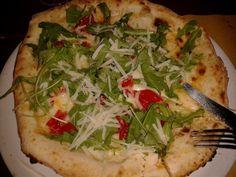 Pizza con rucola, pomodorini e parmigiano