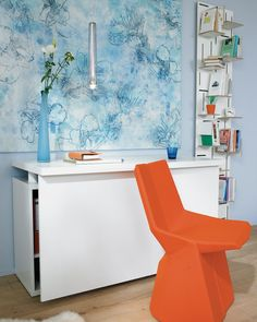Schreibtische werden gerne ins Schlafzimmer verbannt, sollen aber möglichst nicht an die Arbeit erinnern. Unser Tipp: ein Schreibtisch mit einschwenkbarer Platte.