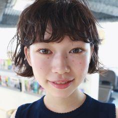 前髪をパーマでクセっぽく見せる。 nanuk オリジナルワックス 「ROPI」を 使ってスタイリングしました! Yoko, Short Cuts, Bob Hairstyles, Stylists, Hair Beauty, Portrait, Hair Styles, Model, Filing