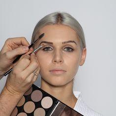 Step 4: Augenbrauen  Die Augenbrauen werden hier, auch wenn sie perfekt gezupft und gestylt sind, zunächst mit einem Brauenbürstchen nach unten gekämmt, dann die obere Kontur mit einem schrägen Pinsel nachgezeichnet und anschließend wieder nach oben in Form gebürstet.