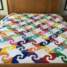 Colorful Snail Trail Quilt made by Laura Lynn James, The Tutorial designed by Jenny of Missouri Quilt Co Star Quilts, Scrappy Quilts, Quilt Blocks, Antique Quilts, Vintage Quilts, Missouri Quilt Tutorials, Baby Quilts To Make, Missouri Star Quilt, Book Quilt