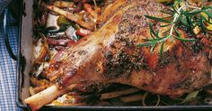 Für diesen Festtagsbraten sollte man auf jeden Fall auf gute Qualität des Fleisches achten - besonders zart und saftig ist Lammfleisch aus artgere ...