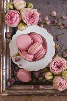 Macaroons - floral flavors and pastel shades make them perfect favors for a spring wedding Photo Source: Anges de Sucre Macaron Flavors, Macaron Recipe, French Macaroons, Pink Macaroons, Edible Flowers, Food Art, Food Photography, Sweet Treats, Sweets