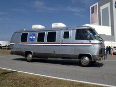 スペースシャトル組立棟の前を走行するアストロバン