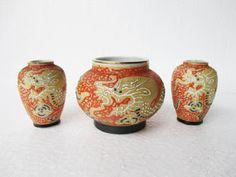 Tiga buah vas antik satsuma berukuran mini terbuat dari porselen dihiasi naga timbul  Make Money Online : http://ow.ly/KNICZ