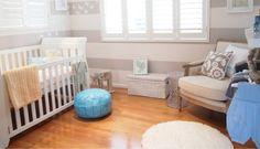 Decoração de quarto de bebê branco e cinza listrado - Cadeira transparente de acrílico e cabideiro de galho de árvore nesse quarto de bebê cinza e branco.