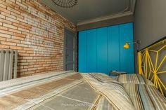 Casinha colorida: Um loft, uma porta amarela (de submarino?)