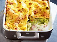 Brokkoli-Lasagne mit Kochschinken Our popular recipe for broccoli lasagne with ham and over more free recipes on LECKER. Recipes With Cooked Ham, Ham Recipes, Broccoli Recipes, Italian Recipes, Vegetarian Recipes, Pasta Recipes, Free Recipes, Soup Recipes, How To Cook Cauliflower