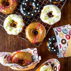 Uunissa paistettavat donitsit ovat suosittuja helppotekoisuutensa ansiosta. Makua ja näyttävyyttä ei puutu, kun kuorruttamisessa käyttää mielikuvitusta. Pina Colada, Doughnut, Desserts, Food, Tailgate Desserts, Deserts, Essen, Postres, Meals
