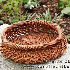 Basket with bell mesh - Crafts And Diy Trends Basket Willow, Big Basket, Basket Bag, Willow Weaving, Basket Weaving, Paper Weaving, Hand Weaving, Rock Crafts, Diy And Crafts