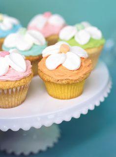 / Ricardo Cupcakes with plain yogurt Frosting Recipes, Cupcake Recipes, Cupcake Cakes, Dessert Recipes, Cup Cakes, Bacon Cupcakes, Yummy Cupcakes, Cupcake Arrangements, Elegant Cupcakes