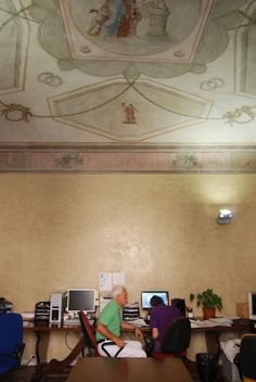 Uno degli uffici del secondo piano con il soffitto affrescato ('800)