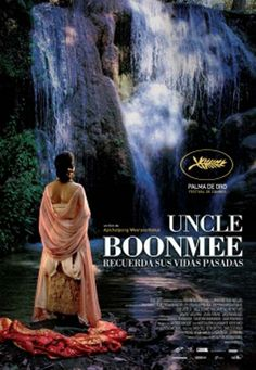 DVD CINE 2090 - Uncle Boonmee recuerda sus vidas pasadas (2010) Tailandia. Dir.: Apichatpong Weerasethakul. Fantástico. Sinopse: o tío Boonmee decidiu pasar os seus últimos días rodeado dos seus seres queridos no campo. O fantasma da súa esposa falecida parece coidar del. O seu fillo, desaparecido hai tempo, regresa a casa baixo unha forma non humana. Boonmee camiña pola xungla coa súa familia cara a unha misteriosa cova na cima do outeiro, o lugar do nacemento da súa primeira vida...