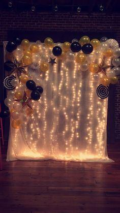 Do this behind the cake table minus the balloons Loft 212 prom photo backdrop Tun Sie dies hinter dem Kuchentisch minus der Ballons Loft 212 Prom Fotohintergrund Prom Decor, Graduation Party Decor, Graduation Photos, Grad Parties, Graduation Ideas, Graduation Backdrops, Graduation Celebration, Themed Parties, Party Booth