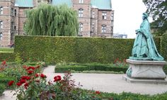 Red roses, the statue of Caroline Amalie and Rosenborg hiding behind our big willow. It is as beautiful as it gets. Copyright: Rosenborg Castle / Rosenborg Slot