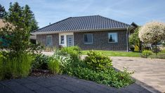 Haus Riedel - Bungalow mit attraktiven Extras.   BAUMEISTER-HAUS® Bungalows, Style At Home, Town House Plans, Affordable House Plans, Modern Bungalow House, Cabin Homes, Townhouse, Building A House, Shed