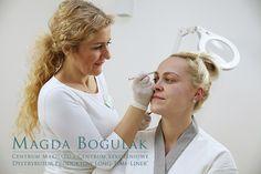 Dorota podczas makijażu permanentnego brwi.