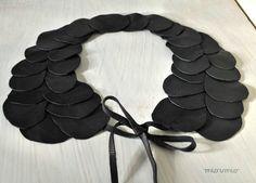 Élégants et purs noirs « pétales » collier avec un design unique. Pour une dame spéciale ! Doux et confortable à porter.  Chutes de cuir noir.  Pour les boucles doreilles avec de lor plaqué éléments : https://www.etsy.com/listing/150805261/sparkling-fashi