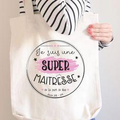 Vous souhaitez offrir un cadeau original à la maîtresse de votre enfant. Voici un sac tote bag personnalisé au prénom de votre enfant. Sac multi-usage !
