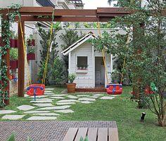 As paisagistas Daniela e Maria do Rosário Ruiz e Drica Diogo, da Pateo Arquitetura e Paisagismo, criaram esta área infantil no jardim. O pergolado sustenta os balanços de plástico, que ficam protegidos pela sombra da ipomeia-rubra.  Fotografia: Evelyn Müller / Casa e Jardim.  http://revistacasaejardim.globo.com/Casa-e-Jardim/Galeria-de-fotos/fotos/2014/01/pergolas.html#F13