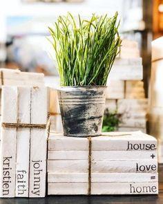 Livros encapados e vaso com planta cria decor calmo e convidativo. Farmhouse Homes, Farmhouse Decor, Fresh Farmhouse, Book Wrap, Gifts For Readers, Custom Book, Stack Of Books, Personalized Books, Christmas Art
