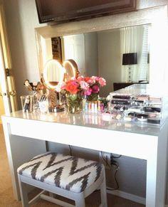 Penteadeira com espelho retangular e bancada laqueada branca #designdeinteriores